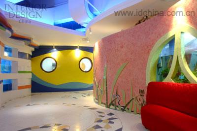 餐厅 风格/入口处弧形墙面的水族箱,吸引客人边走边观赏独具风格的海底...