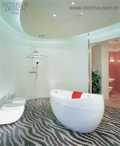 浴室样板间的一角,斑马纹的地面是用纯瓷铀马赛克铺成,这也是目前
