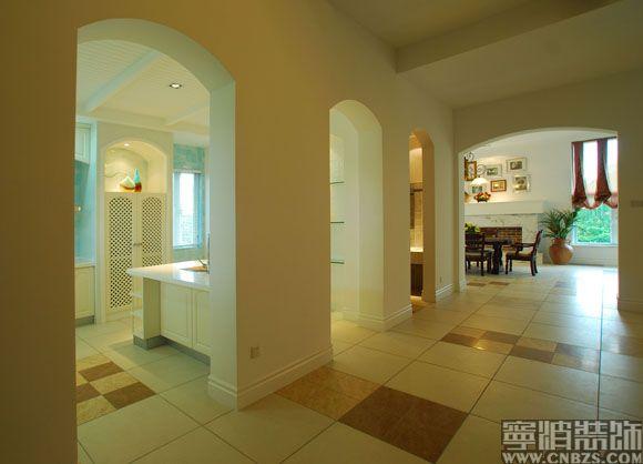 根据业主的情况,设计了集中式、欧式、现代、自然风格于一体的多元化风格。推开重装实木大门,首先看见的是深色厚重的实木扶手栏杆,与墙面、地面、顶面的白色形成鲜明的对比,并与深色中式旧家具遥相呼应。我们还把一楼、二楼、三楼贯穿在一起,使之整个空间更加协调统一,营造了粗犷、厚重和高贵的居住氛围。