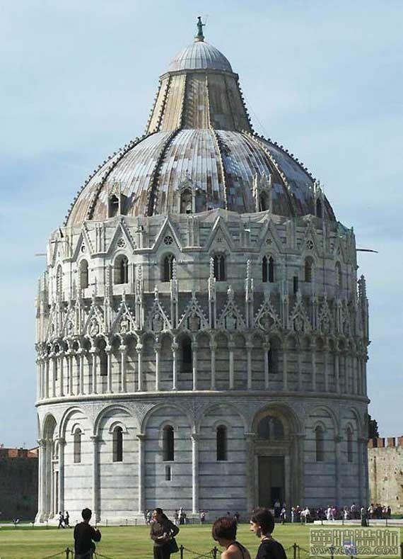 采用古罗马建筑的一些传统做法如半圆拱